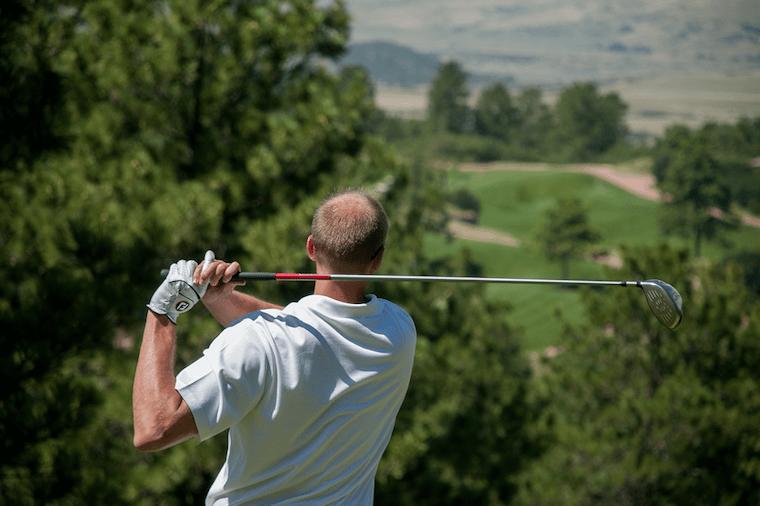 シニアがゴルフを行う様子
