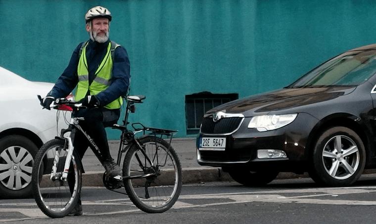 街で自転車にまたがる高齢者の様子