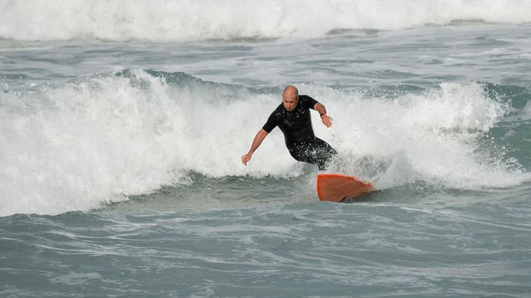 サーフィンを行うシニアの様子